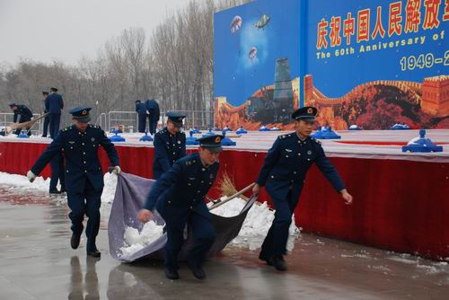 People's Air Force celebration activities of the staff are cleaning the snow scene.'s Daily reporter often red photography