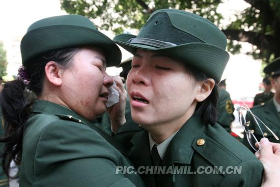 退伍女战士在与部队领导深情告别.-广东边防武警退伍老兵挥泪告别图片