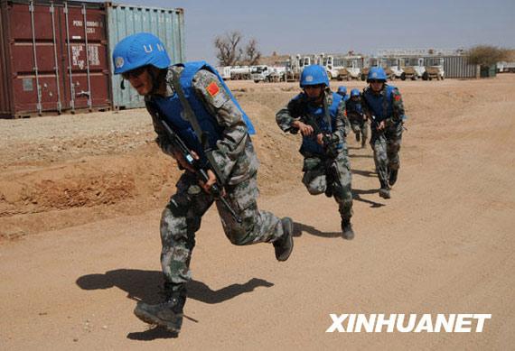 组图:我驻苏丹达尔富尔维和部队举行防卫演习