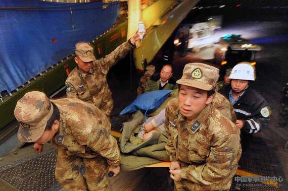 夜间,小分队队员布完灯后就等候在机场,协助医务人员转移伤员和物资。