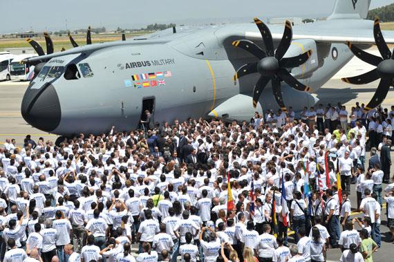 图文:空客A400M运输机工作人员登机参观