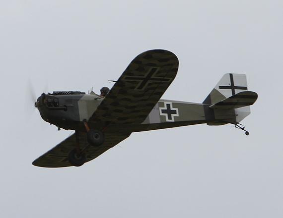 图文:老式飞机空战表演