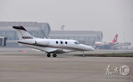 """2009年3月10日晚,世界上最先进,飞得最快的轻型喷气公务机""""首相一号"""""""