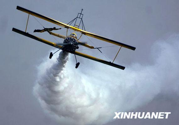 10月17日,在西安国家航空产业基地蒲城通用航空产业园内府机场上空,瑞典飞行表演队一架飞机在机身上携带一人进行飞行表演。