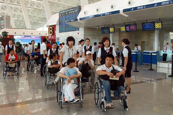 南航地面服务人员全力保障中国残疾运动员(摄影:孙红良