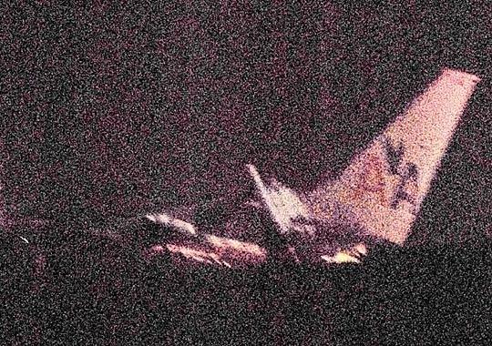 图为美国航空公司波音737-800型客机冲出跑道的现场。