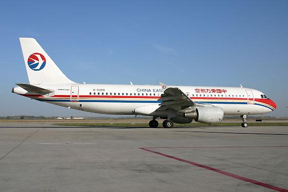新浪航空讯 近日,中国民用航空局通报了2009年航班正常情况,中国东方航空股份有限公司以83.45%的航班正点率高居2009年全行业榜首,并超过全行业平均水平1.55个百分点。这是继2008年后,东航再度取得全行业第一名的好成绩,实现了东航航班正点率的双连冠。   2009年因甲型H1N1流感疫情爆发等因素,加上虹桥、浦东机场设施、联检、飞机故障、虹桥机场晚上关闭和外环线修路造成地面交通拥挤等多种原因,对航班正常率负面影响很大;同时,面对这些挑战,全体东航人迎难而上,狠抓内部管理,采取一系列举措,克服