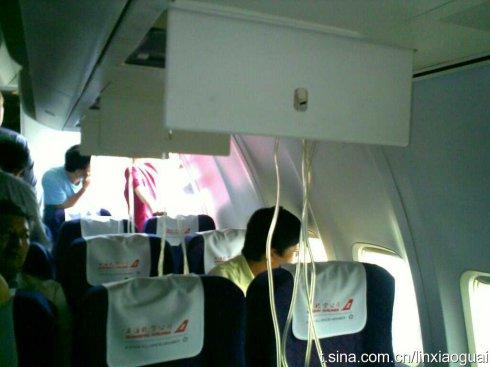 图中飞机上的旅客应急氧气面罩已经