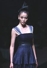 针织裙摆搭配黑色裹身