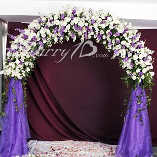 紫色梦幻花门:半花拱门在所有花门的样式中具有最随机应变的优势,无论您的来宾年龄和人数有什么不同,大家都会觉得这款设计很别致,既有繁花漫天,又有浪漫飘逸,