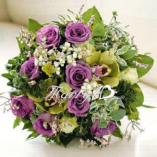 紫韵怡人捧花1 俏丽的紫精灵玫瑰,仿佛听到新娘携手相随的愿望,爱的感动散播四方。