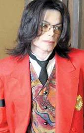 大红色西装配印花马甲和腰链