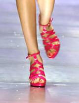 罗马式艳色亮皮跟鞋