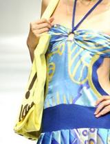 泳装式真丝衫与布包的搭配