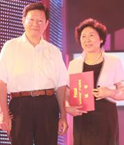 赢家服饰董事长陈灵梅(右)