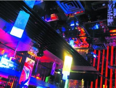 LV酒吧:投影卫星电视观赛 还可以玩PS2足球游