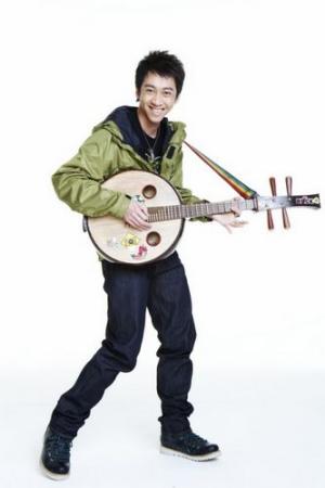 陈汉典与在影片中擅长的民乐器中阮