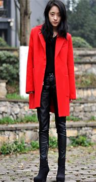 中长款红色大衣鲜艳欲滴搭配黑色皮裤精气神十足