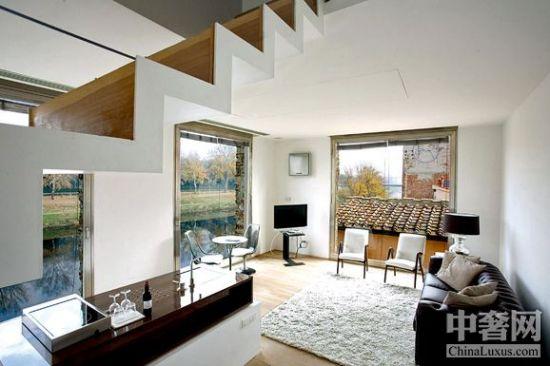 其中有三套为复式结构,上层为睡卧休息区,下层为会客起居区,门外添置