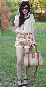 半袖的雪纺衬衣搭配碎花短裤经典的搭配年年夏天可以有
