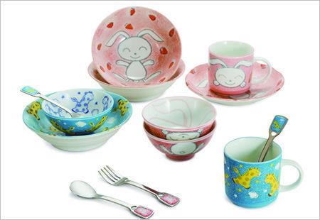 这套日本进口小兔/小鹿餐具组,将可爱粉嫩的动物图案运用在餐盘上,釉