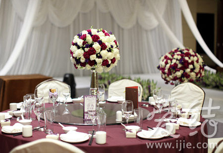 宴会部分,新娘选择了靓丽的红色礼服,抹胸款式增加时尚感;配以整齐