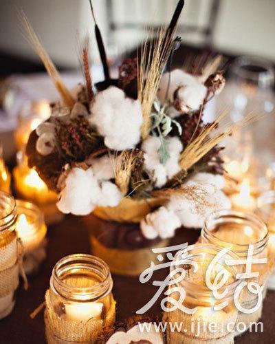 棉花桌花与烛杯营造浪漫气氛