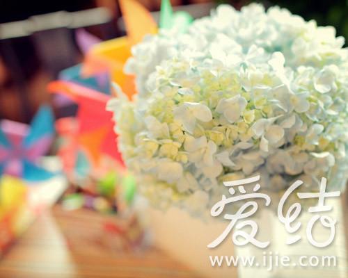 粉蓝色绣球制作签到台的花艺,清雅又不会抢去七彩珠宝的光芒-七彩