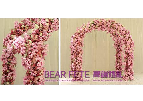 蝴蝶兰编织而成的仪式花门彰显优雅与高贵