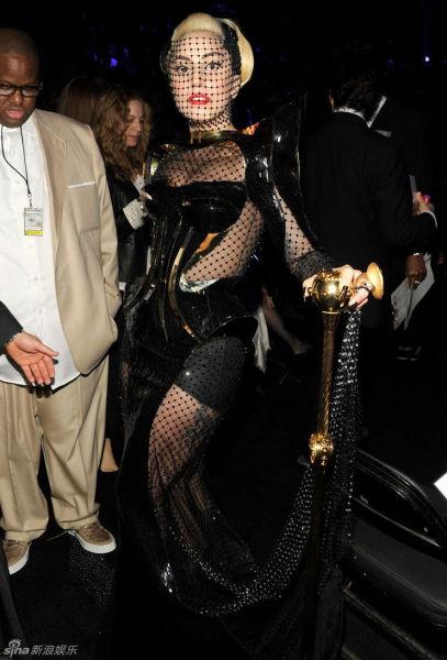 GAGA姐黑色怪异装束还配了根手杖