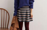 复古粗针编织毛衣内扎在条纹短裙中