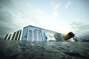 """1月15日在意大利吉利奥岛附近海域拍摄的触礁搁浅的""""科斯塔-康科迪亚""""游轮 新华社/法新"""