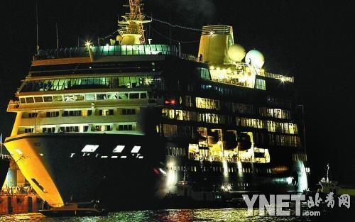 """4月1日晚,豪华游轮""""阿扎马拉-探索""""号驶抵马来西亚山打根港"""
