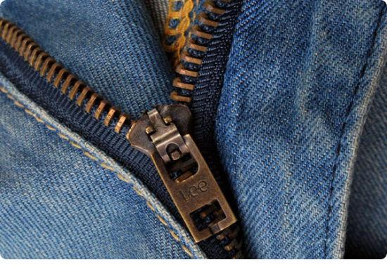 世界上第一条拉链牛仔裤于1926年由Lee公司推出