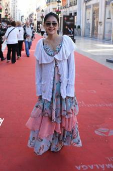 多层长裙凸显甜美女孩高贵气质