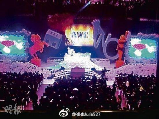 现场以大量气球布置,左边有金马奖,右边有金像奖。