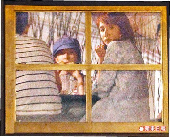 萧亚轩(右)猛然回头,像是惊觉被拍,中为杨谨华。
