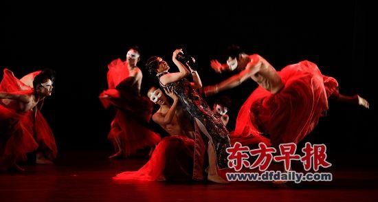 昨晚的演出中,金星(上图穿旗袍着)参演了《红葡萄酒》(上图)和《半梦》。早报记者 高剑平 图