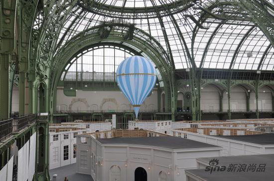 卡尔-拉格斐设计的蓝气球
