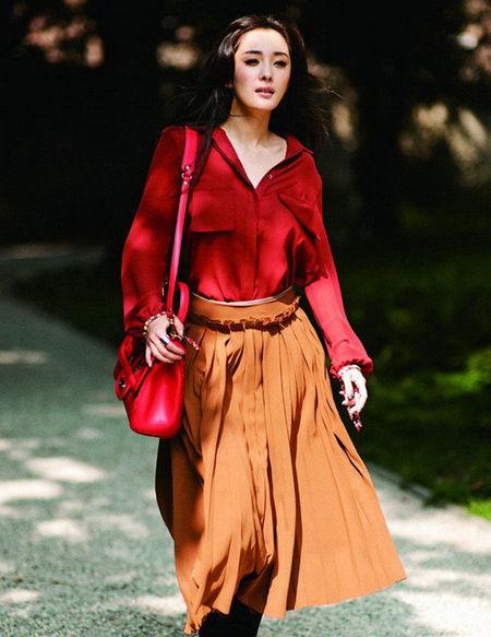 红色上衣和红色包包