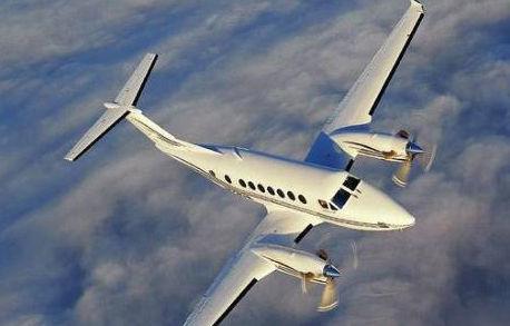 翱翔天际的私人飞机(新浪配图)