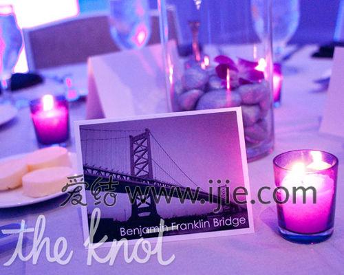这场婚礼应用了紫色的地毯