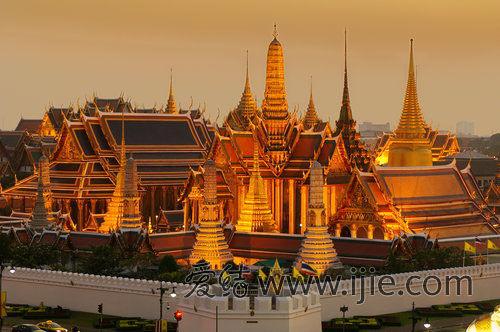 金碧辉煌的玉佛寺是泰国大皇宫的一部分,面积约占大皇宫的1/4。