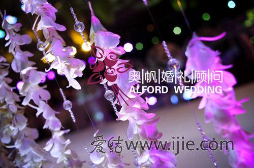 背景处,花艺师制作了全手工兰花串,营造浪漫的花帘-柔和色彩的缤