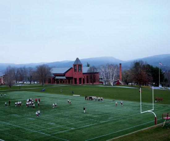 北野山校风严谨,学校鼓励学生用一种快乐的、享受生活的方式完成学业目标。完成课时后,同学们可以参加很多体育运动。图为放学后的橄榄球赛。
