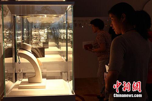 6月15日,某品牌顶级翡翠鉴赏展在山西太原开启,总价值近百亿元的顶级翡翠在此亮相,立即成为现场观众和媒体及收藏家们关注的焦点。张云 摄