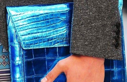 轻触式吻扣(Kissing non-stacked buttons) 虽然没有像吻扣那样交叠,但是袖扣间还是发生了触碰 图为Burberry Prorsum 2013春夏男装