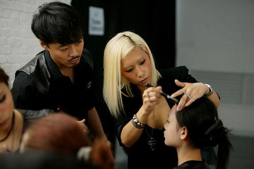 c资深彩妆师jennifer chen为模特打造妆容
