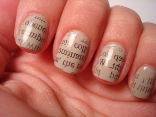 教你如何把文字印在指甲上 巧用报纸DIY拓印文字美甲图案