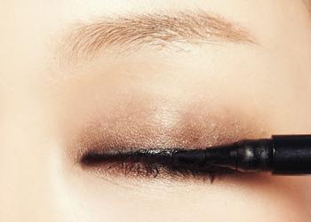 上眼睑描绘不是很粗的眼线